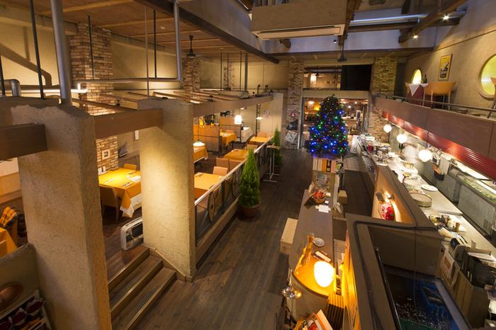 店内は2階にわかれた広々とした空間。  静かで明るすぎない店内はリラックスしたい時にもぴったりです。