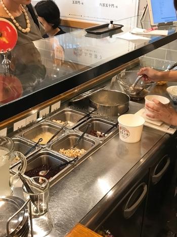 カウンターで注文して作ってもらうスタイルは、本場台湾と同じ。手際のいい盛り付けを見ているだけで期待が高まります。