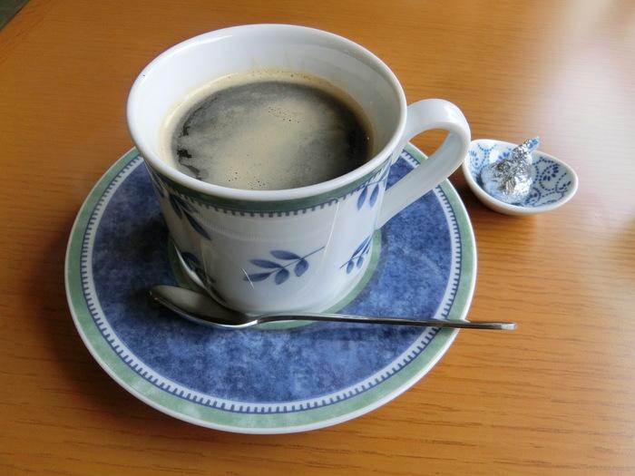 『アロマブレンド』。キスチョコ付き。 豆の焙煎とブレンドは、お隣・都立大学駅にあり、遠くから訪れるひとも多い自家焙煎珈琲専門店「ダン・アロマ」から仕入れています。