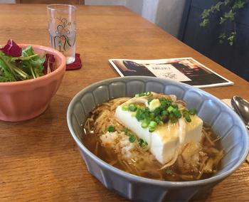 こちらの「豆腐ライスボウル」は、温かいごはんの上に、岡山県から直送した国産大豆の絹ごし豆腐のあんかけがかかったもの。お豆腐のなめらかな舌触りとやさしい味にほっとします。