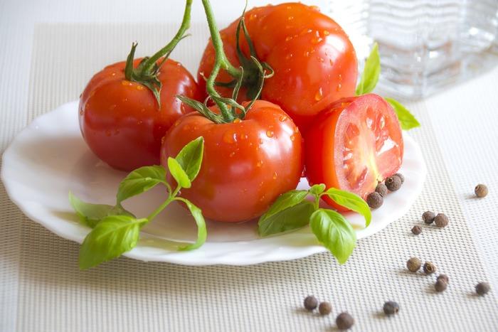 トマトに含まれる食物繊維ペクチンには、余分な脂肪を体外へ排出する働きがあります。またカリウムの力でむくみ防止にも作用。水分が多いため満腹感が得られやすく、それでいて低カロリーだから、ダイエット中には嬉しい食材です。