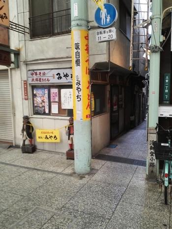 こちらは、尾道駅側にある商店街の中にたたずむ中華麺屋さん。  とても小さな一角にあるため見逃してしまいそうなお店ですが、実は平日・休日ともにお客さんでいっぱいになる超有名店なんです。  いつも美味しい昔ながらの中華そばがいただけます。