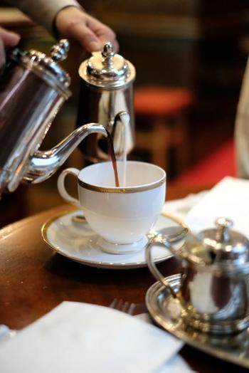 モーニングセットは選ぶドリンクによって料金が異なります。ネルを使用したハンドドリップコーヒーで丁寧に淹れらるアンティークブレンドコーヒーや、オリジナルティーなどの他、お客様の目の前で注いでくれるカフェオレも人気があります。