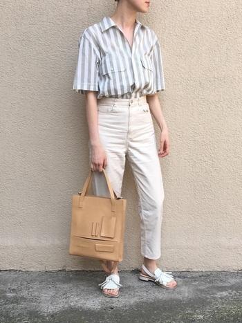 ストライプ柄のオープンカラーシャツをすっきりボトムインした爽やかなパンツコーディネート。カジュアル感が強い太いピッチも、淡いワントーンでまとめることで上品な印象に。シンプルな中に、バッグやサンダルのディテールのニュアンスが効いています。