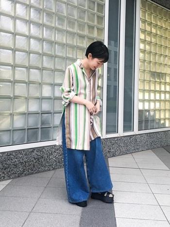 マルチカラーがアクセントのストライプ柄のロングシャツとワイドデニムパンツを組み合わせた、大人リラックスなスタイリング。サイドに深めのスリットが入っていることで、ボトムスインしなくても脚長効果が期待できます。