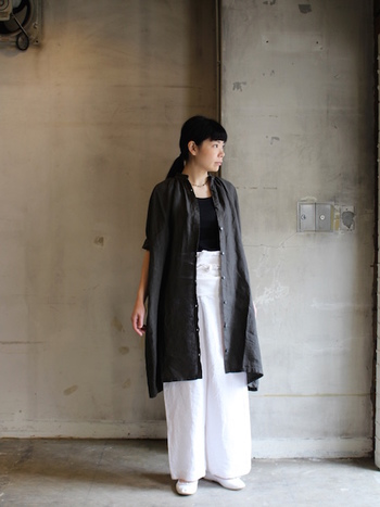 モノトーンのワイドパンツコーデに、黒のロングシャツワンピースを羽織ったレイヤードスタイル。ボトムスイン&ワイドシルエットで、白見せのバランスが絶妙です。