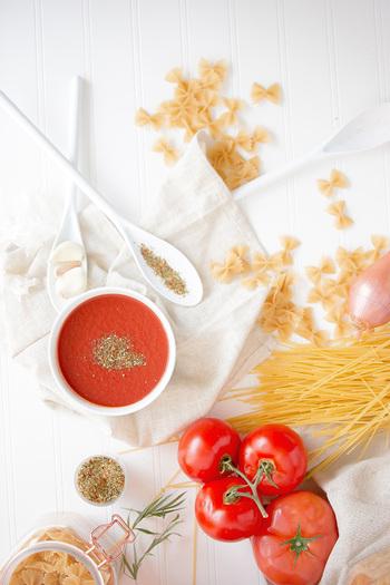 トマトの赤い色の元になっている「リコピン」は、強い抗酸化作用のある栄養素。βカロテンの2倍以上、ビタミンEの100倍以上の力で体内の酸化を防ぎ、老化防止やアンチエイジングに働きかけます。