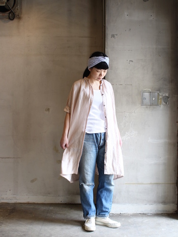 ロングシャツワンピースをガウンのように羽織る着こなしも人気です。着脱しやすいので、屋外と室内の気温差が激しいこれからの季節にもぴったり。