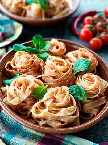 リコピンは加熱することで体内へ吸収・蓄積されやすくなることが分かっています。さらに、トマトジュースにオリーブオイルを加えるとリコピンの吸収率が大幅アップ。つまり料理に使えば、より効率的に栄養を摂取できるというワケです。
