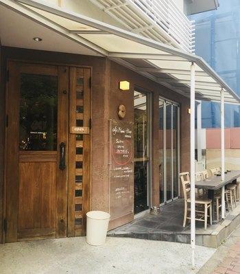 「CAFE Mame-Hico(カフェマメヒコ)」は、三軒茶屋駅からすぐのところにある一軒家カフェです。店名の由来は、コーヒー豆や大豆、小豆などの「お豆」を使ったお料理がメインのお店であることと、「コーヒー」を反対から読んだ「ヒコ」を掛け合わせたそう。