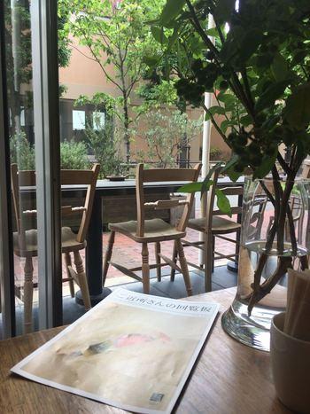 店内の主な家具は、無垢の広葉樹を使ったオリジナルデザイン。カフェの世界観にぴったりのものを探したというこだわりの店内は、木目や緑が多く、都心にいることを忘れてしまいそうなほどリラックスできます。