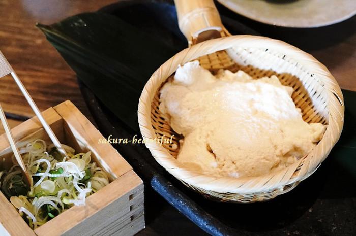 ランチのお楽しみは、名物のざる豆腐食べ放題。お豆腐には、有機栽培丸大豆の最高峰、北海道十勝産の「トヨマサリ」を使っています。大豆の旨みが凝縮した豆腐本来の味は、普通のお豆腐とはひと味違いますよ。