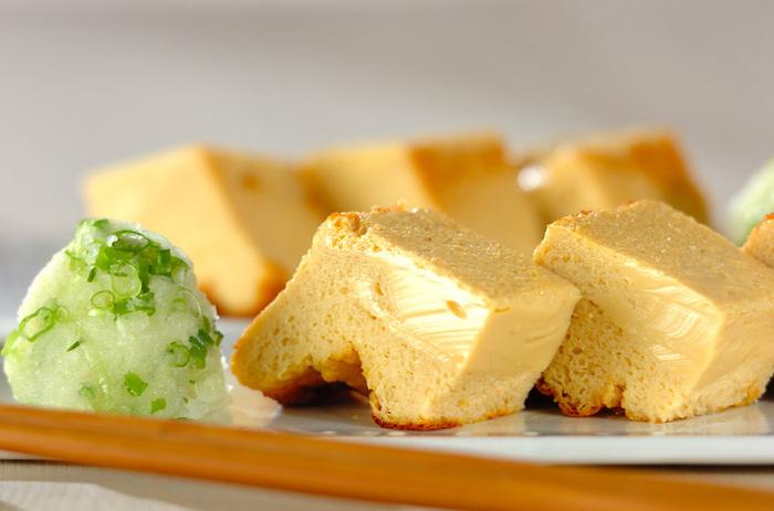 あいた牛乳パックを使って作るオーブンだし巻き卵のレシピです。はんぺんを使っているので、簡単にふんわりとした食感に仕上げることができます。