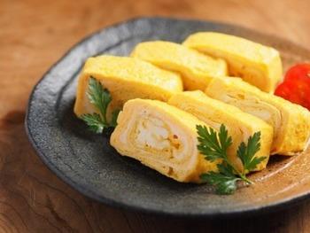 和風だしの代わりにコンソメを使った洋風のだし巻き卵レシピです。付け合わせもイタリアンパセリやトマトにすると、洋風のお料理にもよく合うおかずが完成します。
