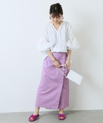 夏のホリデーシーンにぴったりの淡いパステルパープルが印象的なラップスカート。縦長の美しいラインで、大人の女性らしさを引き立たせます。