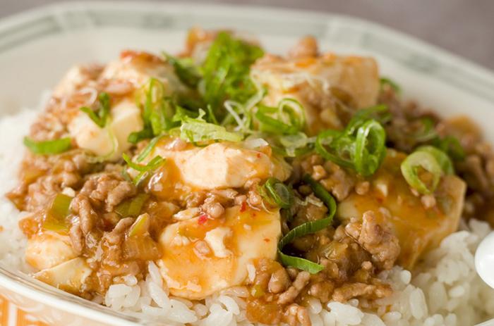 中華料理でおなじみの麻婆豆腐をご飯に乗せるだけで、おいしい丼ものに。麻婆豆腐をおかずにする場合は、ほかに副菜などを用意しないと寂しい献立になりますが、丼ものだとそれだけで簡単に一食分となるのが便利ですよね。