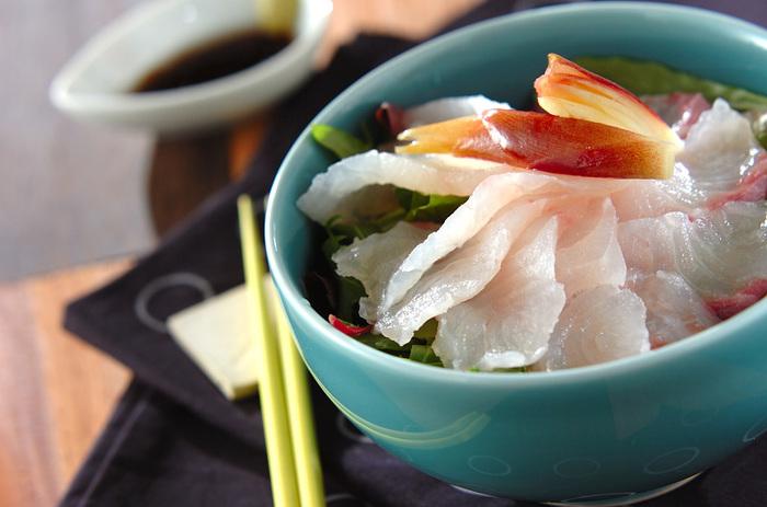 酢飯にベビーリーフとお刺身を乗せた丼ものレシピ。ポン酢しょうゆとオリーブオイルを合わせたタレがアクセントに。和洋コラボのヘルシー丼を、ぜひ試してみてくださいね。