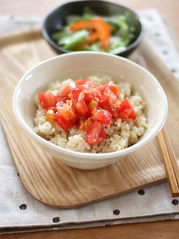 具材はトマトだけ!どんなに作るパワーがない時でもさっとできますね。味付けもごま油としょうゆだけ。お好みでお肉や野菜を追加しても◎
