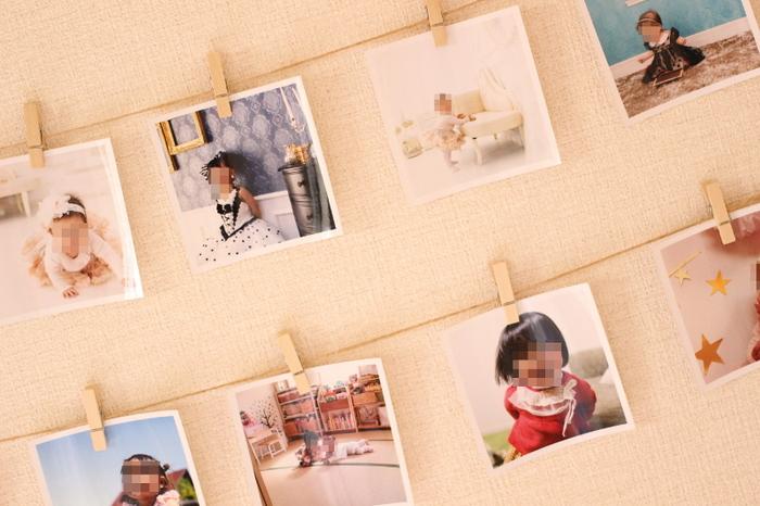 吊るして良いのはお洋服や雑貨ばかりではありません。お気に入りの写真たちを並べて飾れば、壁が写真を見せるスペースに。