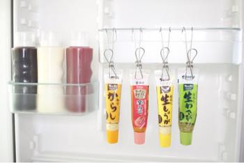 冷蔵庫の中の調味料類。意外と取り出す回数が多くて、探すストレスを感じていませんか?チューブの先を挟んで引っ掛けて収納すれば、とっても便利!