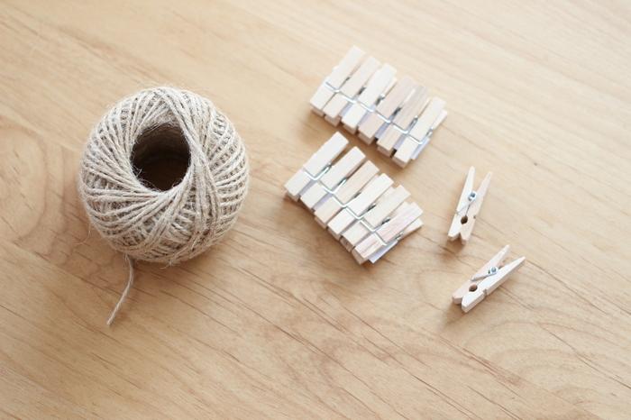 使っているのは麻紐と木製のピンチ。ナチュラルでどんなお部屋にも似合う組み合わせです。