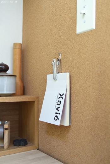 ピンチの穴の開いた部分をコルクボードのフックにかけてメモを収納。パッと手に取れて、アイデアや連絡をスマートに書き留められそう。
