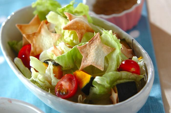 いつものサラダにも星型をトッピング!こちらは餃子の皮をトースターで焼いたもの。クルトンみたいなさくさく食感を可愛らしく楽しめますね。