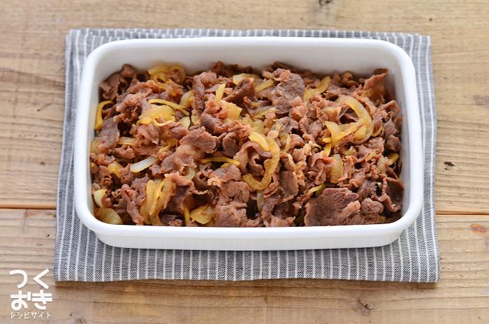 甘辛く味付けされた牛肉のしぐれ煮はお子様から大人まで、みんなに喜んでもらえる常備菜。おにぎりの具やそのまま乗っけて牛丼お弁当にするのもいいですね。  ■保存期間:冷蔵で1週間