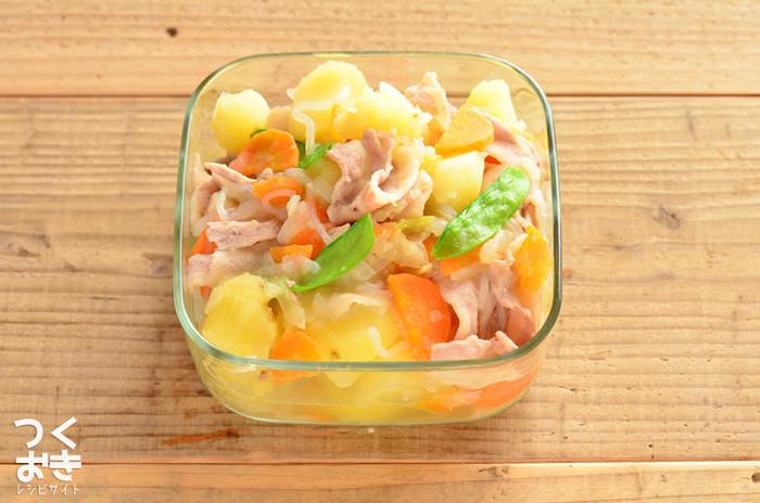 肉じゃがも白だしベースで作れば色鮮やかな彩りおかずに。あっさり優しい味付けが身体に嬉しいおかずです。  ■保存期間:冷蔵で5日