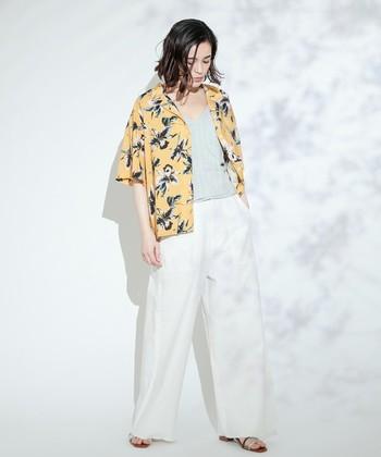 """襟付きの""""きちんと感""""と""""リラックスムード""""を両立できる「オープンカラーシャツ(開襟シャツ)」は大人の夏の装いにぴったりです。この夏のワードローブにぜひ一枚加えてみてはいかがでしょうか?"""