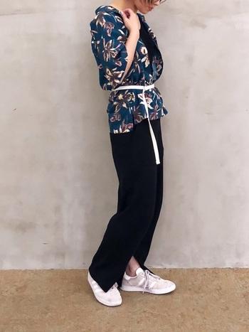 ダークブルーのアロハシャツとブラックのワイドパンツを合わせたシックなスタイリング。ウエストマークやサイドスリットなど、こなれ感漂う絶妙な着こなしが素敵です。