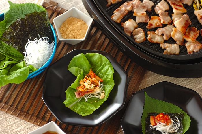豚バラの焼肉「サムギョプサル」は、甘辛い味噌と薬味と共にサンチュに乗せていただくメニュー。日本の焼肉もいいですが、豚肉と一緒に野菜もたっぷりとれるのでヘルシーでおすすめです。