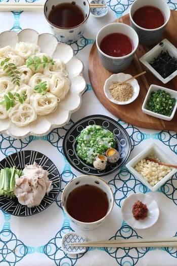 もちろん、普通におそうめんを食べるのだって◎ 特に盛り付けをしなくても、梅肉やうずらの卵、豚肉やイカ&オクラなどトッピングを並べればパーティー気分に!