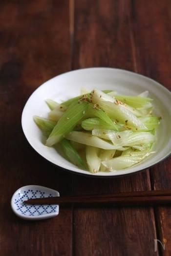 たとえばこんなレシピはいかが。セロリをさっと茹で、鶏がらスープの素と塩で味付けしたシンプルな『旨塩セロリ』です。セロリには心を落ち着けるリラックス効果や鎮痛作用があります。