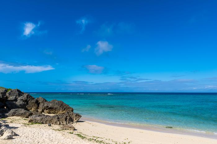 沖縄本島中部の中頭郡読谷村に位置するニライビーチは、海岸にできる限り手を加えずに、自然の姿をそのまま残しているビーチです。