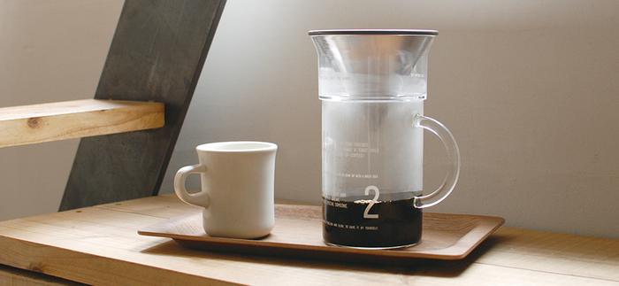 コーヒーの粉にお湯を注ぎ、その場でドリップできるKINTO(キントー)のコーヒージャグセット。シンプルで素朴なデザイン。コーヒーの香りを楽しみながら、素敵なカフェタイムを過ごすことができそう♪