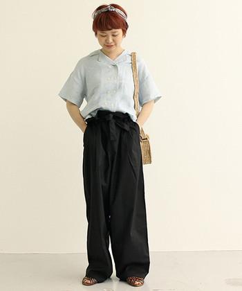 装いにきちんと感が生まれる、ダブルボタンタイプの開襟シャツ。そのまま着ると真面目になり過ぎてしまうから、パンツはワイドラインを選んでリラクシーに。床すれすれのレングスが今どき♪