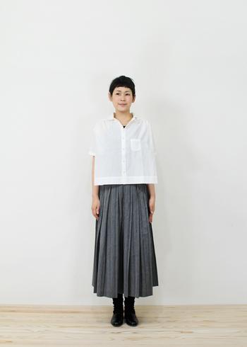 開襟シャツとプリーツスカートのオーセンティックな着こなし。それでもしっかり今っぽいのは、旬感溢れるシャツのシルエットのおかげ♪