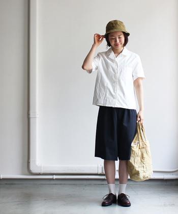 ベーシックなホワイトの開襟シャツは、ハーフパンツを合わせて牧歌的なスタイルに。ホワイト×ネイビーの配色が、着こなしに夏らしい爽やかさを運んでくれます。