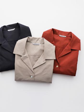 """デイリーな着こなしを新鮮にしてくれる""""開襟シャツ""""。デザイン自体に落ち着きがあるので、明るい色や柄モノから挑戦してみるのもおすすめです。ぜひ参考にして、夏のおしゃれ計画に開襟シャツを取り入れてみてくださいね♪"""