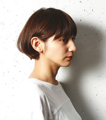 耳のラインで膨らみを持たせたショートボブは、アクティブでありながらもどこか可憐なイメージ。髪をすっきり耳にかければ清潔感もバッチリ!