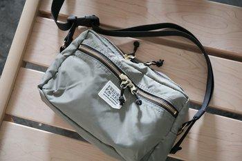 キナリノモールでも人気のブランド「FREDRIK PACKERS(フレドリックパッカーズ)」。休日コーデにぴったりな軽量タイプのショルダーバッグです。内側のポケットや背面の仕切りが充実しているので、小物を分けての収納にも便利です。