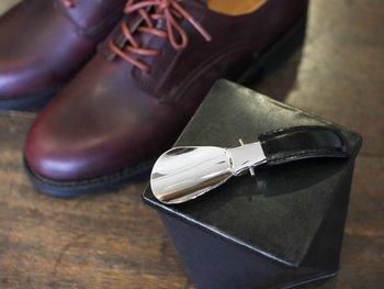 スチールに厚めのクロームメッキをかけて仕上げられた上品な輝きを放つ靴べら。バッグの中でも邪魔にならず、外出先で必要な時にさっと取り出して使えるスマートさが魅力です。
