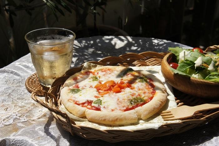 たとえばデリで整えたシンプルメニューでも、陽射しの下で食べるランチは格別です。オープンカフェやピクニックのように、食事やおしゃべりを楽しむスタイルについてご紹介します。
