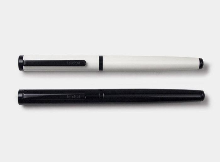 白と黒、モノトーンの潔いデザインの万年筆は、台湾のステーショナリーショップ「TOOLS to LIVEBY」(ツールズ トゥ リブバイ)のもの。クラシック過ぎないカジュアルな文房具さがあります。