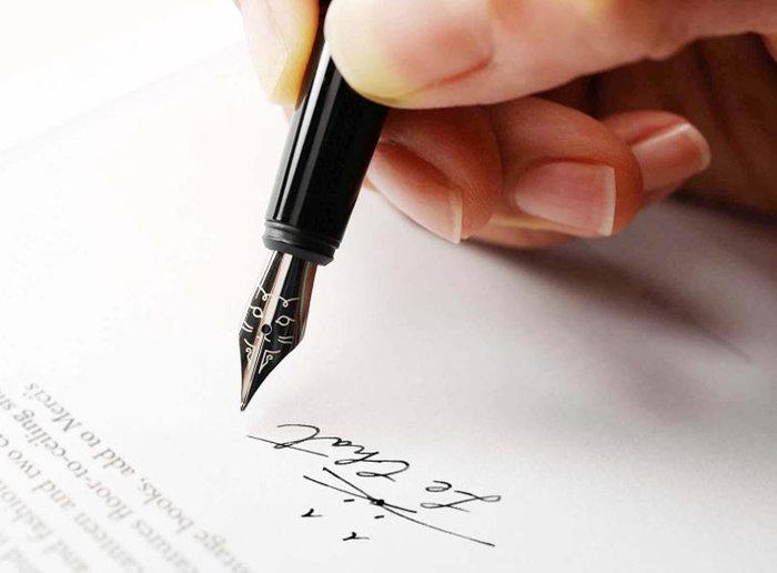 この万年筆の一番の特徴はペン先。よく見ると可愛らしい猫の顔が!文字を書きながら、ほんのり癒されますね。
