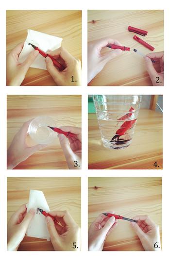 ペン先についた汚れをティッシュでふき取ったら、インクを外します。ペン先は水を入れたコップにドボンと入れて、取り切れなかった汚れを浮かせましょう。しばらく置いたら、再びティッシュでペン先をお掃除して、新しいインクに替えればお手入れ完了です。