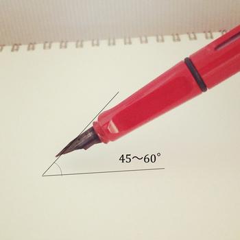 万年筆はポールペンやサインペンとちょっぴり使い勝手が違います。いつものペンよりやや寝かせ気味を意識して文字を書くと、インクが程よく出てスムーズにペン先を走らせることができます。