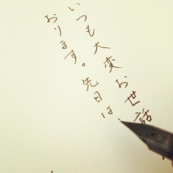 余計な力をかけると、ペン先や紙にダメージが。スラスラとペン先を走らせて、インクの滲みや線の強弱を楽しみましょう。