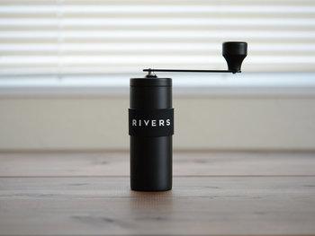 おいしいコーヒーを淹れるための絶対条件、それは直前に豆を挽くこと。豆から安定した美味しさを引き出す「RIVERS(リバーズ)」の小型コーヒーグラインダーGRIT(グリット)は、自宅はもちろん、キャンプやハイキング、アウトドアでのコーヒーブレイクに最適です。